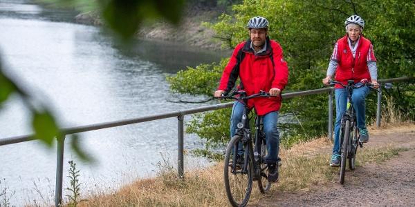 Radfahren unmittelbar am Ederseeufer