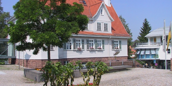 Vorbei führt der Weg auch am Rathaus in Schömberg
