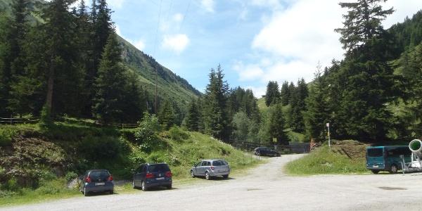 Parkplatz bei der Talstation in Mittelberg - Blickrichtung Start Wanderweg