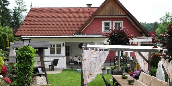 Außenansicht mit Garten Antonia's Kaffeehäferl