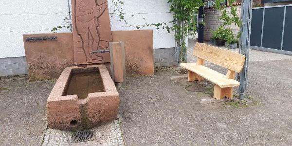 Ruhebank am Dorfbrunnen