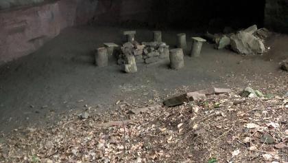Sitz- und Feuerstelle in Altricher Höhle