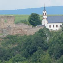 Die Ruine Neu-Baumburg und die kathol. Kirche St Dionysius