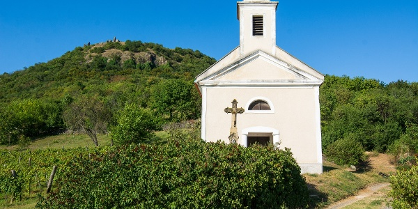 A Szent Donát-kápolna a Csobánc oldalában