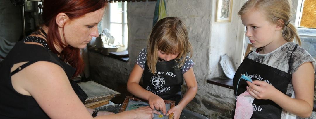 Papierschöpfkurse in der Papiermühle Niederzwönitz