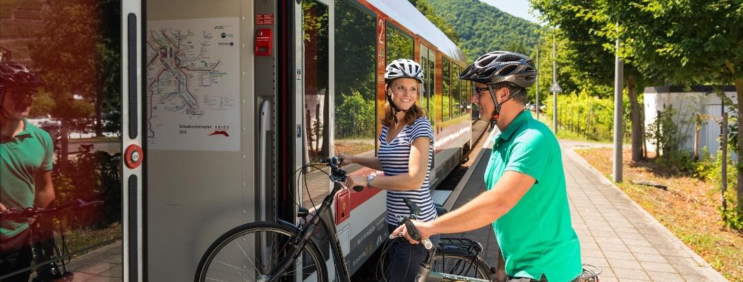 Radfahrer steigen in Altenahr (Ahrtal) in die RegioBahn ein
