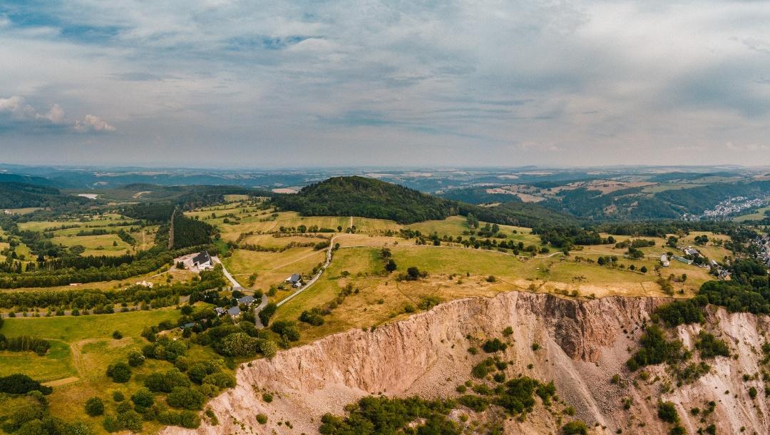 Blick von oben auf die Altenberger Pinge und den Geisingberg