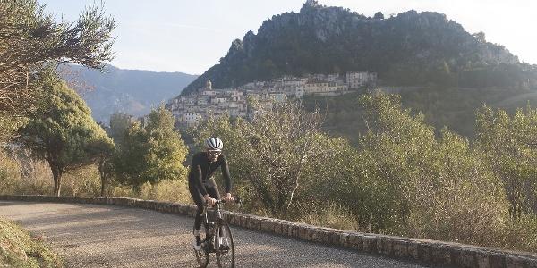 Cycliste vélo route - saint-Agnès