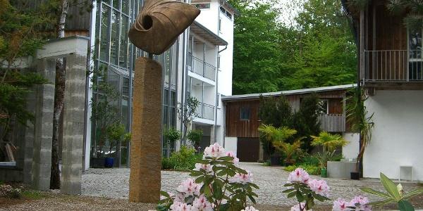 Erich-Schickling-Stiftung Innenhof mit rosa Blüten