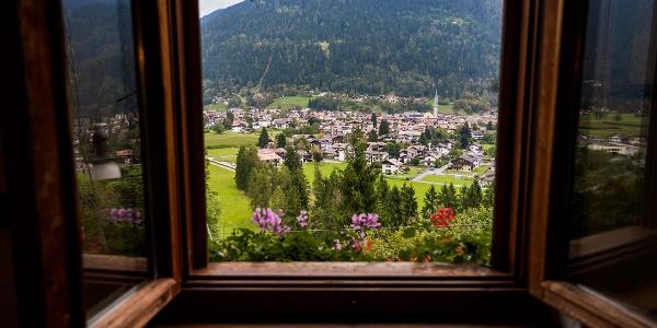 Una finestra su Pinzolo e il Doss