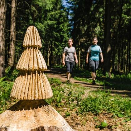 Holzfiguren an der Versöhnungsloipe