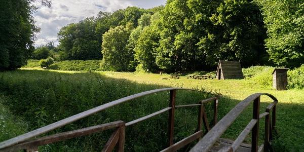 Pihenőhely a Malom-völgyi-patakon kialakított tavacska mellett