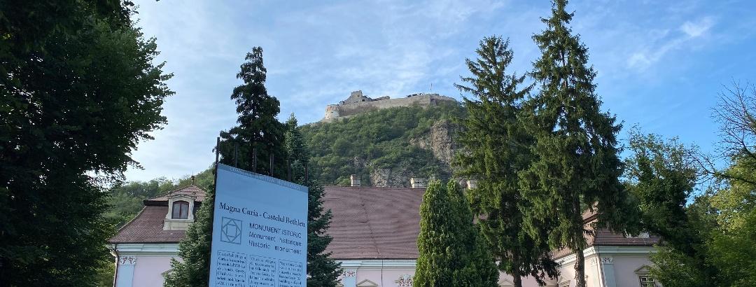 Palatul Magna Curia - Castelul Bethlen - Muzeului Civilizaţiei Dacice şi Romane. În fundal Cetatea din Deva.