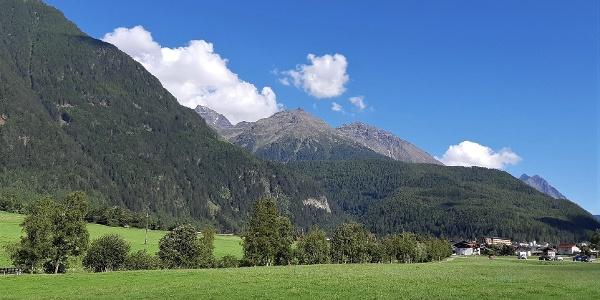 Der Hemerkogel bei der Anfahrt nach Umhausen. Links der Grastaler Grieskogel (3160 m), rechts das Hörndle (2986 m).