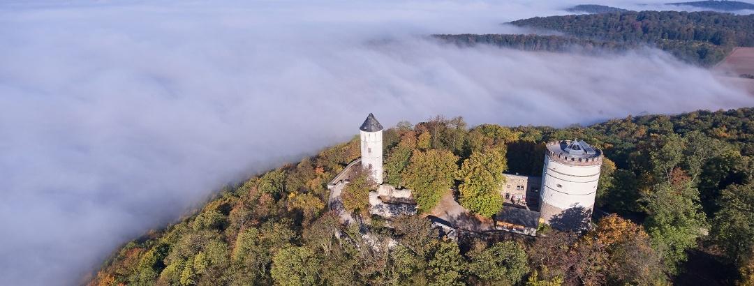 Blick auf die Burg Plesse aus der Vogelperspektive