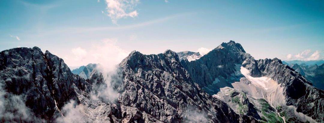 der Jubiläumsgrat mit der Zugspitze rechts