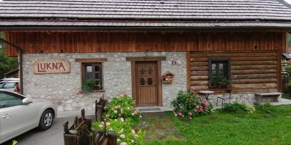 """Start zur 10. Etappe des """"Julius-Kugy-Dreiländerweges"""" von der Unterkunft Lukn'a-Hostel in Mojstrana – Nordwestansicht"""
