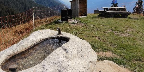 Feuerstelle mit Brunnen