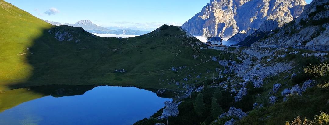 Blick auf die Conturines-Spitze und Rifugio Valparola