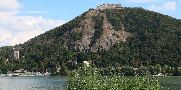 Nagymarosi hajókikötőből rálátunk a Visegrádi várra és a Salamon-toronyra