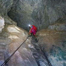 Hinein ins Dunkel der Gaublickhöhle, in der der Klettersteig weiter führt.