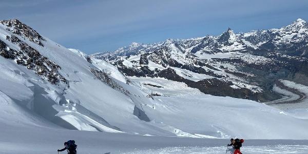 En randonnée sur la Pointe Dufour. Se retourner pour admirer le glacier du Gorner et le Cervin vaut vraiment la peine