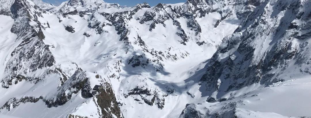Die Cabane des Vignettes und im Hintergrund die Dent Blanche und das Matterhorn