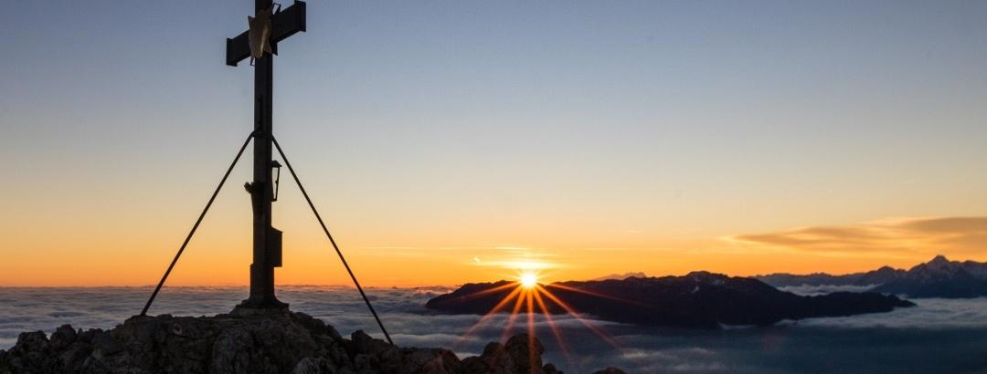 Die Sonne spitzt über dem Untersberg hervor.