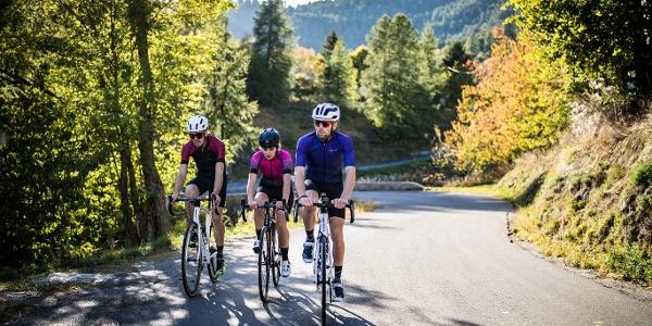 3 cyclistes de front - vélo route