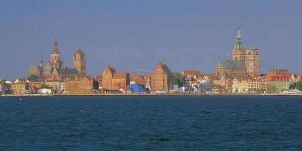 Stolz wachen die Backsteinriesen St. Nikolai, St. Marien und St. Jakobi über Stralsund
