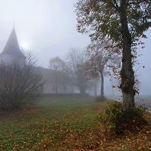 Schöne Ecke selbst im Nebel, die Nunkirche mit anliegendem Friedhof