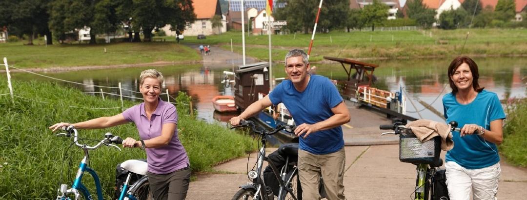Radfahrer an einer Gierseilfähre