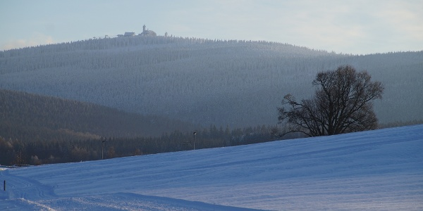 Winterlicher Blick auf den Fichtelberg nahe dem Pfarrweg