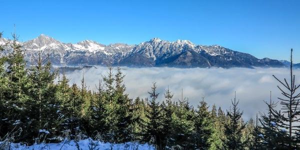 Nebel im Tal Sonne am Berg