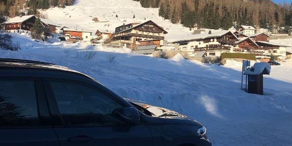 Blick vom kleinen Parkplatz zum Weiler Köfels