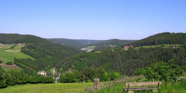 Rastbank auf der Altenburg mit Blick nach Tennenbronn
