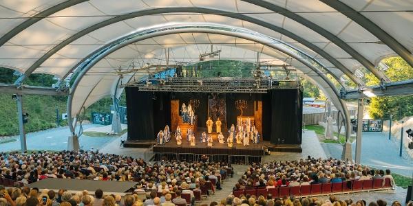 Vollbesetzte Open-Air-Arena