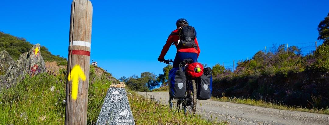 Ciclismo de larga distancia a lo largo de la Vía de la Plata en la Sierra Norte, Sevilla, Andalucía