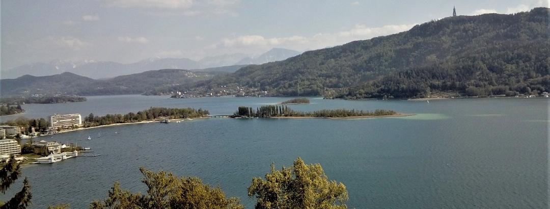 Blick von der Hohen Gloriette nach Südosten zur größten Insel des Wörthersees: die Blumen- bzw. Schlangeninsel - dahinter der Pyramidenkogel
