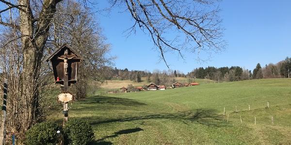 Blick auf den Weiler Kiefersau am Fuße des Buchbergs.
