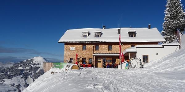 mit den Ski direkt auf die Sonnenterrasse