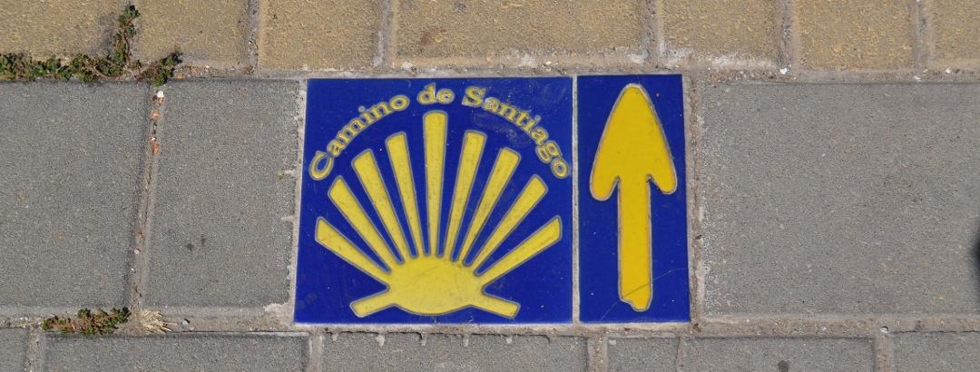 La concha y la flecha amarilla, símbolos universales del Camino de Santiago