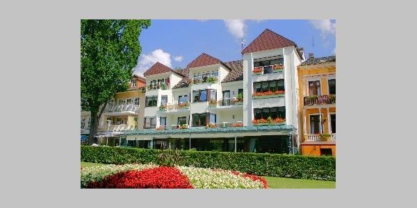 Café Schneidewind Hausfoto mit Blumen