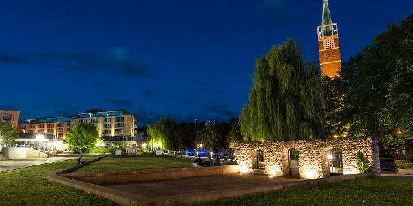 Der Waisenhausplatz bei Nacht mit der Stadtkirche