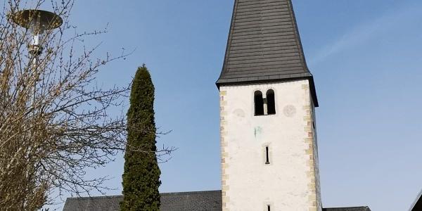 Jakobskirche in Gallizien mit Kriegerdenkmal – Südansicht