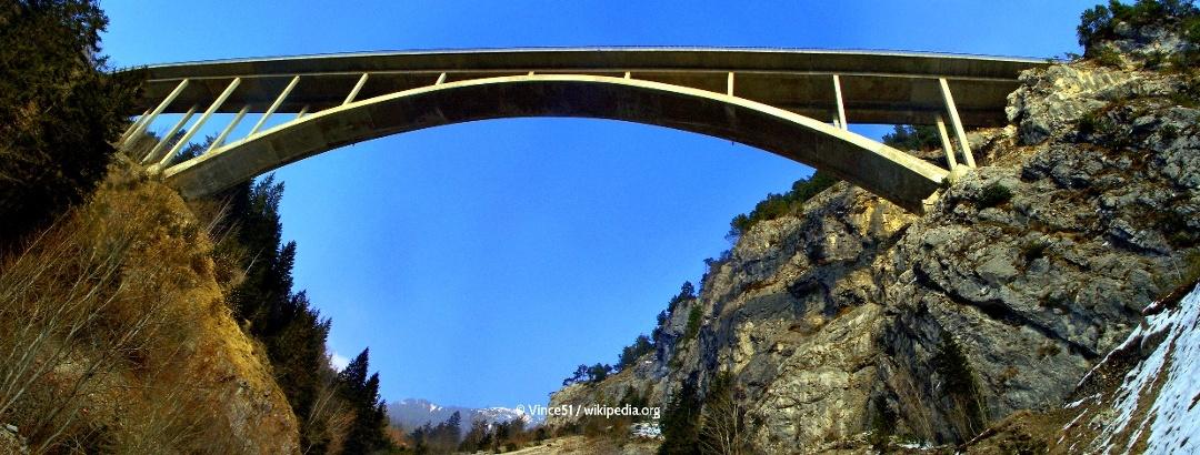 Die das Gemstal überspannende Brücke im Zuge der Gaichtpass-Strasse