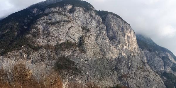 Die Martinswand von Südwesten. Der Anstieg verläuft im linken Wandteil rechts der Grotte.