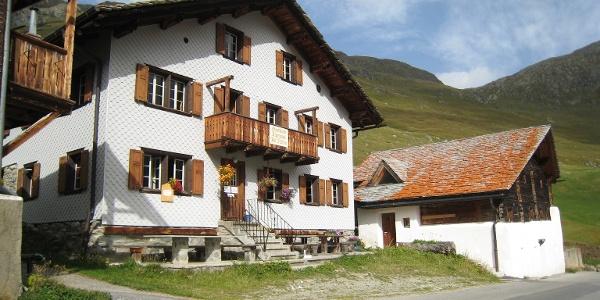 Gasthaus Alpenrose Juf im Sommer