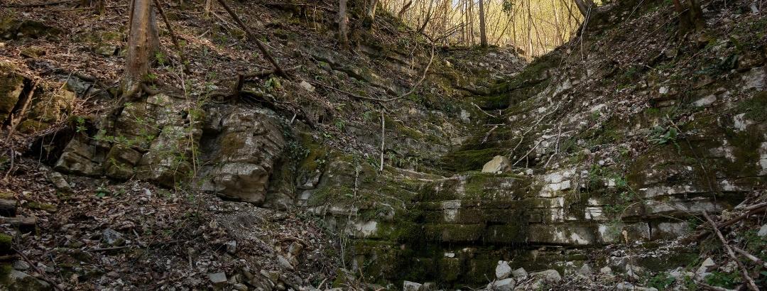 Le roccette umide gradinate che si incontrano nella parte bassa della Val Grande.