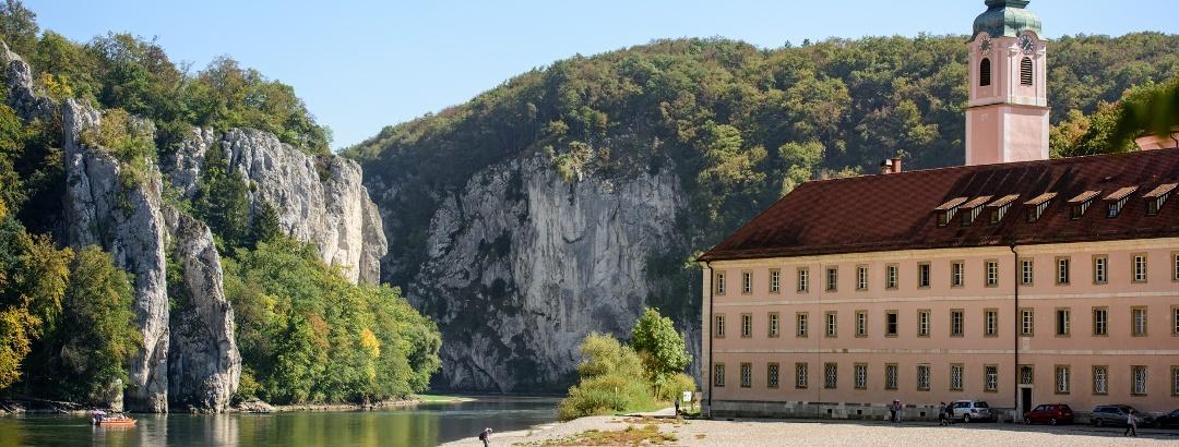 Kloster Weltenburg liegt idyllisch am Donaudurchbruch bei Kelheim